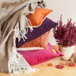 Vier de winter met kussens en plaids op je bank